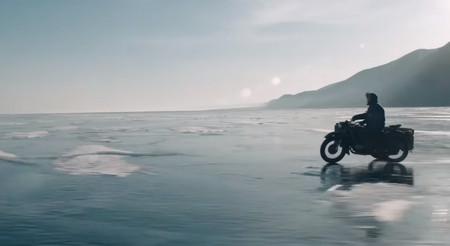 dans les foret de siberie moto sur la glace